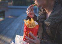 O fetiță a găsit la McDonald's un prezervativ folosit pe care l-a băgat în gură